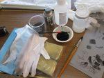 アセトン、シリコーン薄め液、ゴム手袋、スポンジ、筆、試験描画済み版